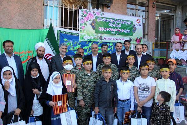 هدایای مقام معظم رهبری توسط بانک انصار به دانشآموزان مراغهای اهدا شد