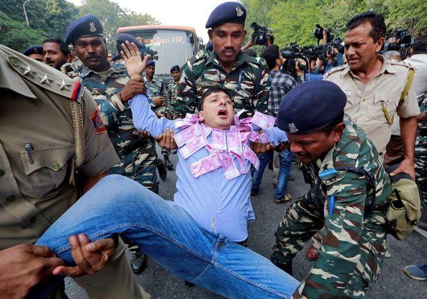 دستگیری معترضان به سیاستهای اقتصادی دولت+عکس