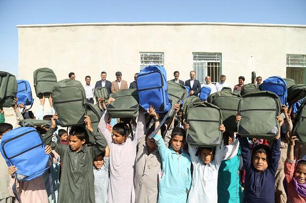 اهدای بسته های نوشت افزار بانک ملت به دانش آموزان مناطق کم برخوردار کشور