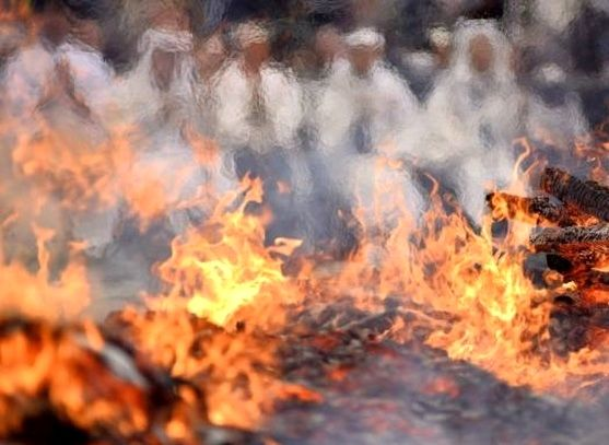 راه رفتن با پای برهنه روی زغال آتشین!+ عکس