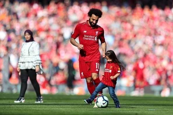 محمد صلاح و همسر و دخترش در استادیوم آنفیلد+ عکس