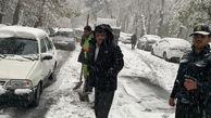 برف روبی بدلیل شدت ترافیک توسط عوامل انسانی در حال انجام است