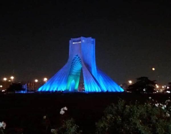 برج آزادی آبی رنگ شد.