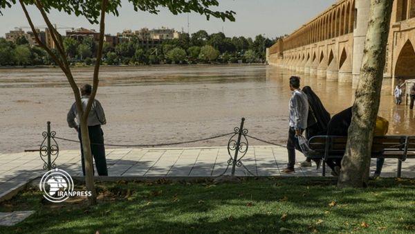 جاری شدن آب در زایندهرود پس از ۱۱ ماه